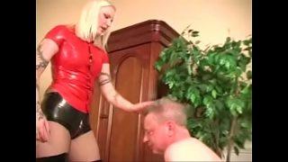 Blonde Domina in Latex Hotpants und Lackstiefel