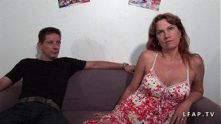 Milf libertine double penetree dans un gangbang avec son mec